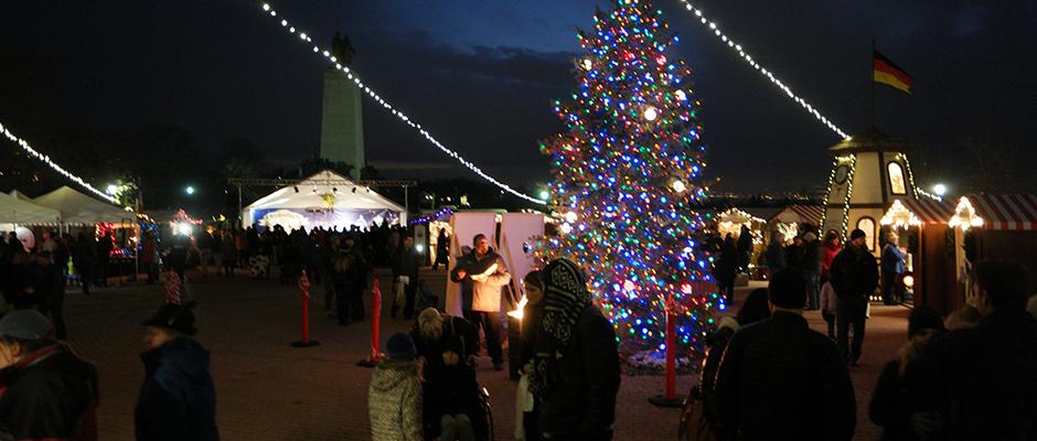 christkindlmarkt-at-night-christmas-tree.jpg