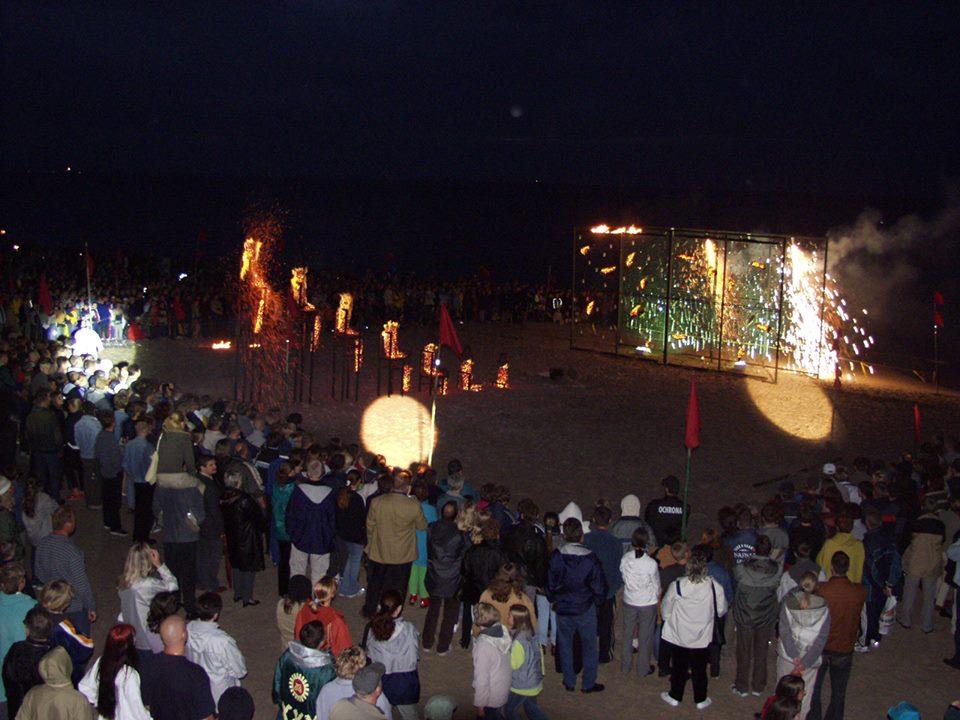 """""""Na ćmy pokuszenie"""" Akcja obrzędowa muzyka - Milo Kurtis Drum Freaks Międzyzdroje 2002 Foto. Jerzy Kośnik"""
