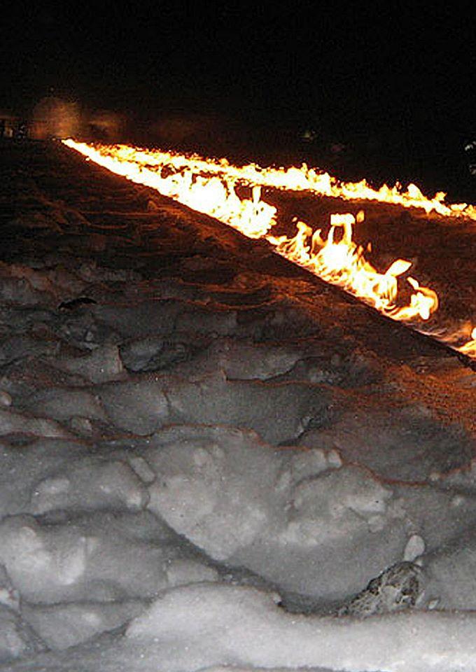 Rzeka Pamięci 60. rocznica wyzwolenia obozu koncentracyjnego Auschwitz Birkenau - 800 m płonących torów od Bramy Śmierci do pomnika Zagłady. Obóz Koncentracyjny Auschwitz Birkenau, 2005