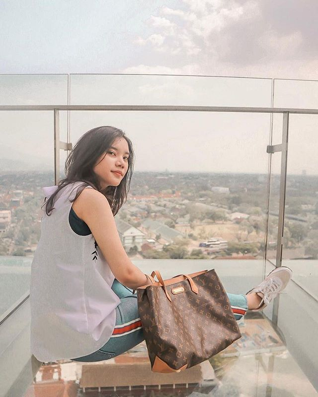 Most iconic and favorite spot at our rooftop venue is skywalk where you can witness wonderful Bandung scenery.  Thank you for sharing @charlenesiswara  #thetransluxuryhotel #transluxuryexperience #the18th_tlh #the18th #the18threstaurantandlounge
