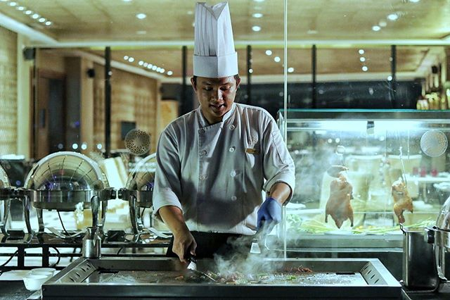 Japanese Teppanyaki in the making on our live cooking station. You can indulge in our exquisite iftar buffet everyday during Ramadan. Don't forget to invite your family and friends to enjoy Royal Iftar Buffet with us.  For more information, visit our website or reach out via WhatsApp on +62 (022) 811 811 4288  #TheTransLuxuryHotel #TransLuxuryExperience #The8thRestaurant&Lounge #the18th #the18threstaurantandlounge #the18th_tlh #thetransluxuryhotel #transluxuryexperience