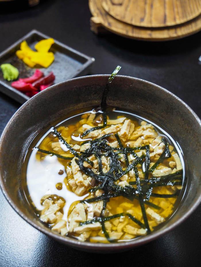 在碗里,米饭和鸡蛋的篮子里有一碗鸡蛋,通常是因为美味的食物