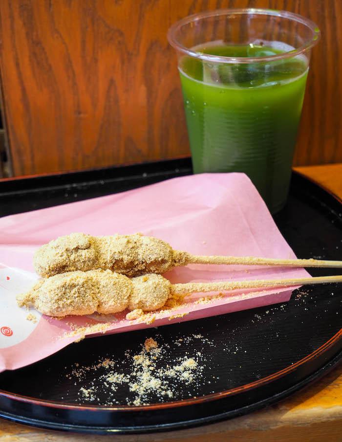 在豆粉和蔬菜上吃了豆粉的蔬菜