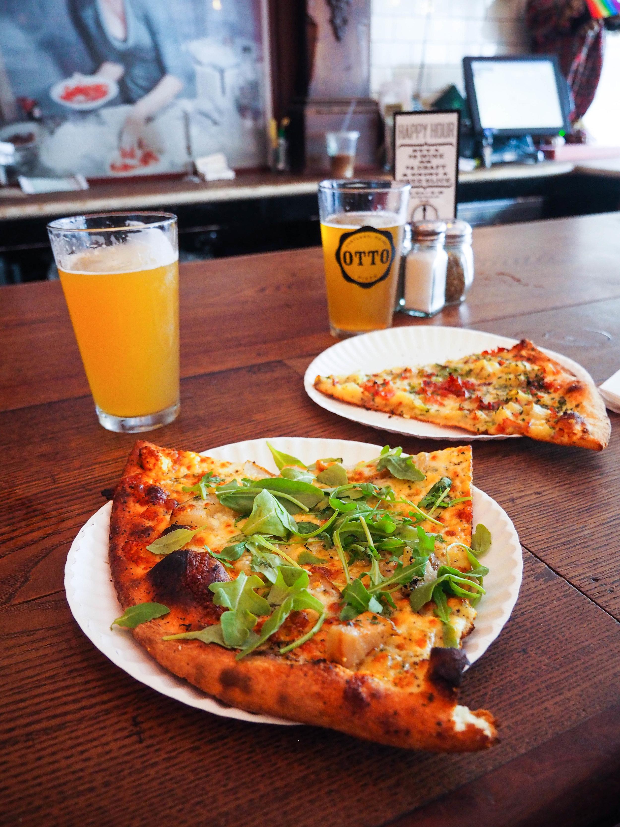 从龙虾餐厅买了一只龙虾,吃了个披萨。用一种香菇和肉粉,用肉和黄油干酪和黄油混合了一块洋葱。