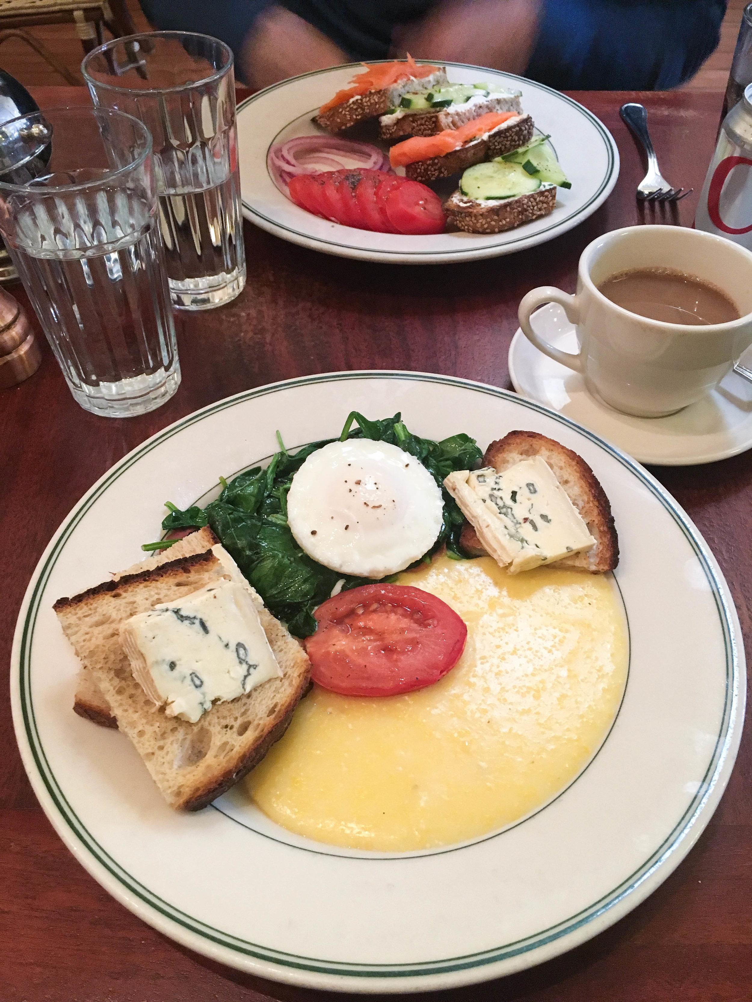 我的早餐,烤面包,烤鸡蛋,烤鸡蛋,烤鸡蛋和香肠,番茄煎饼,吃了香肠。