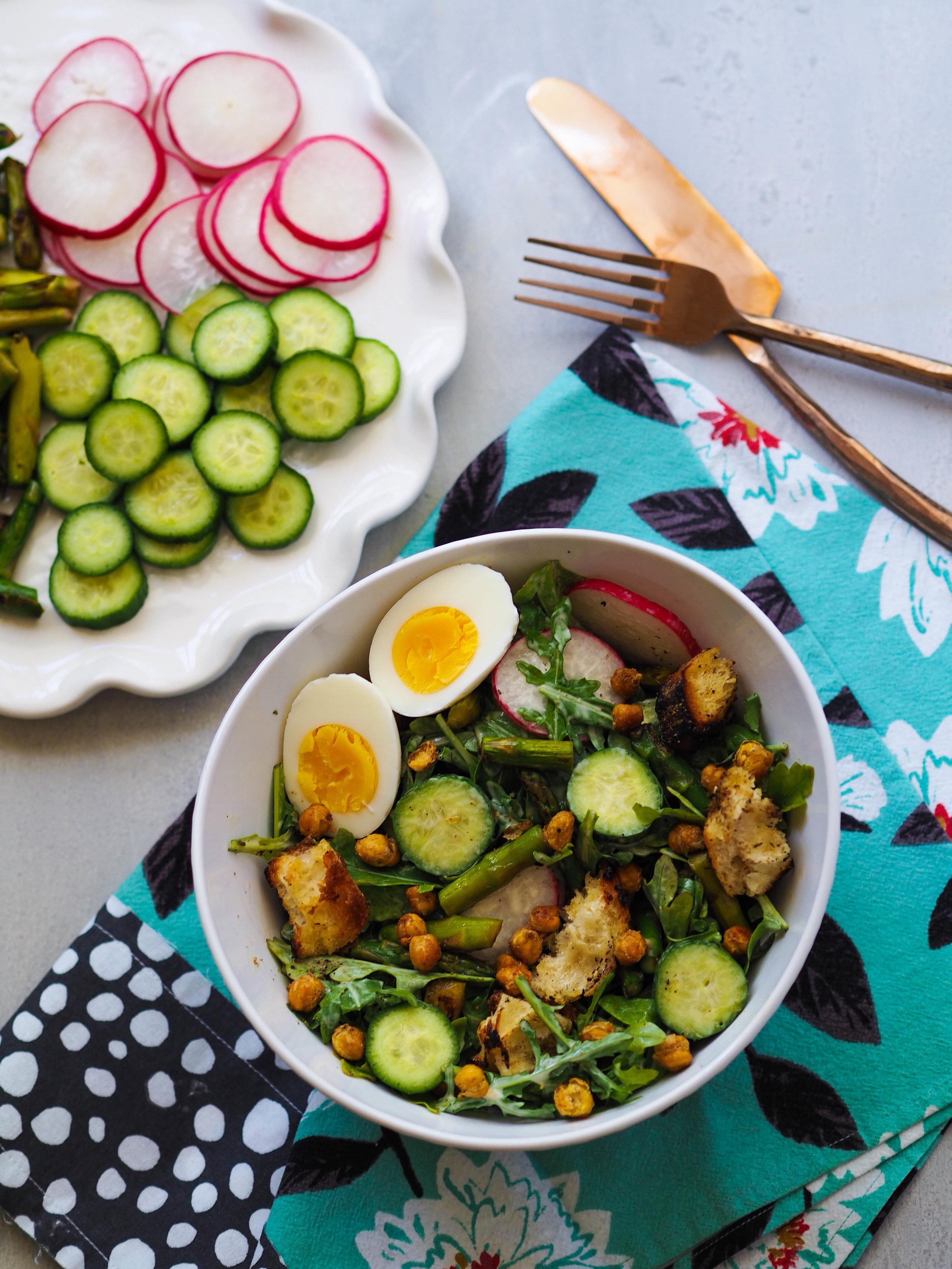 Spring Caesar salad with roasted chickpeas and za'atar croutons! #salad #spring #healthyrecipe #asparagus #vegetarian