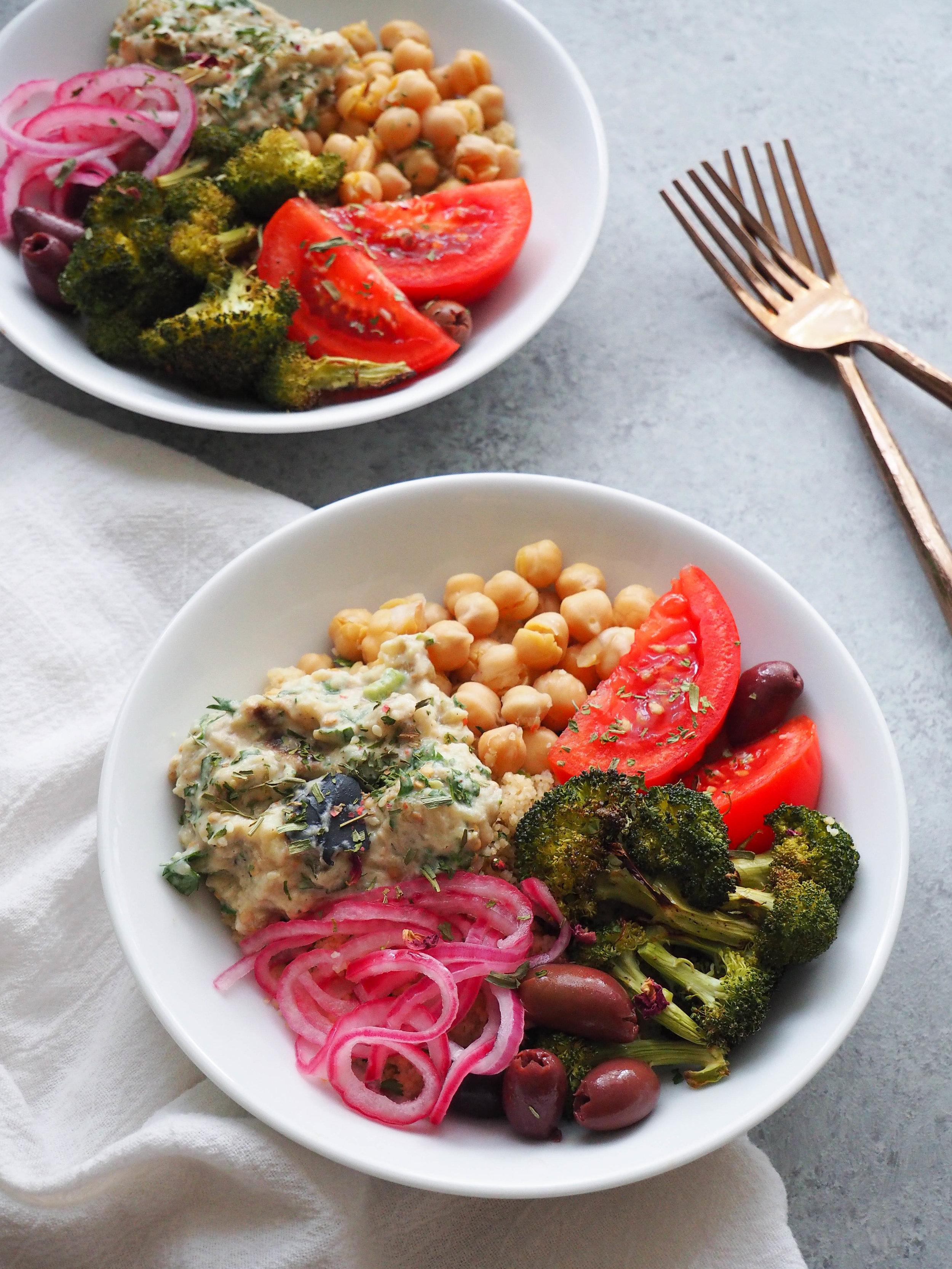 做 了 一个 超级 可爱 的 油炸 玉米饼 , 把 鹰嘴豆 泥 、 洋葱 、 炸 洋葱 和 一些 红 洋葱 吃掉 了 , 把 它们 变成 了 一个 大 的 鹰嘴豆 泥 ! # 地中海 # veg an veg an veg an : 素食 食谱