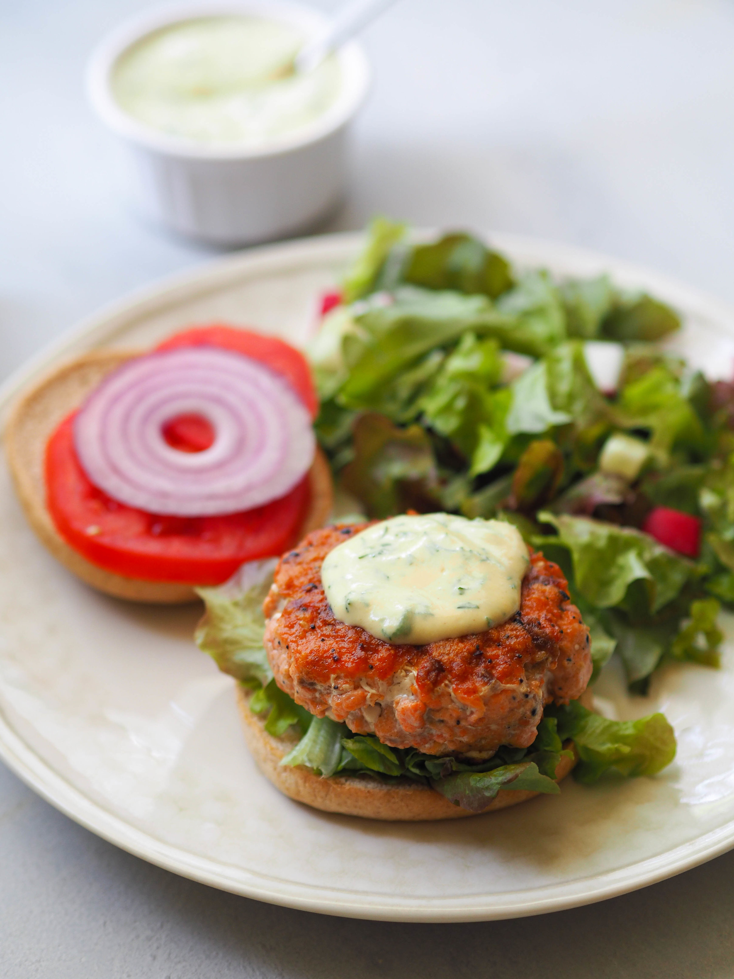 Everything Bagel Salmon Burger with Creamy Mustard-Dill Sauce! It's really easy to make for a weeknight! #burger #salmon #easyrecipe
