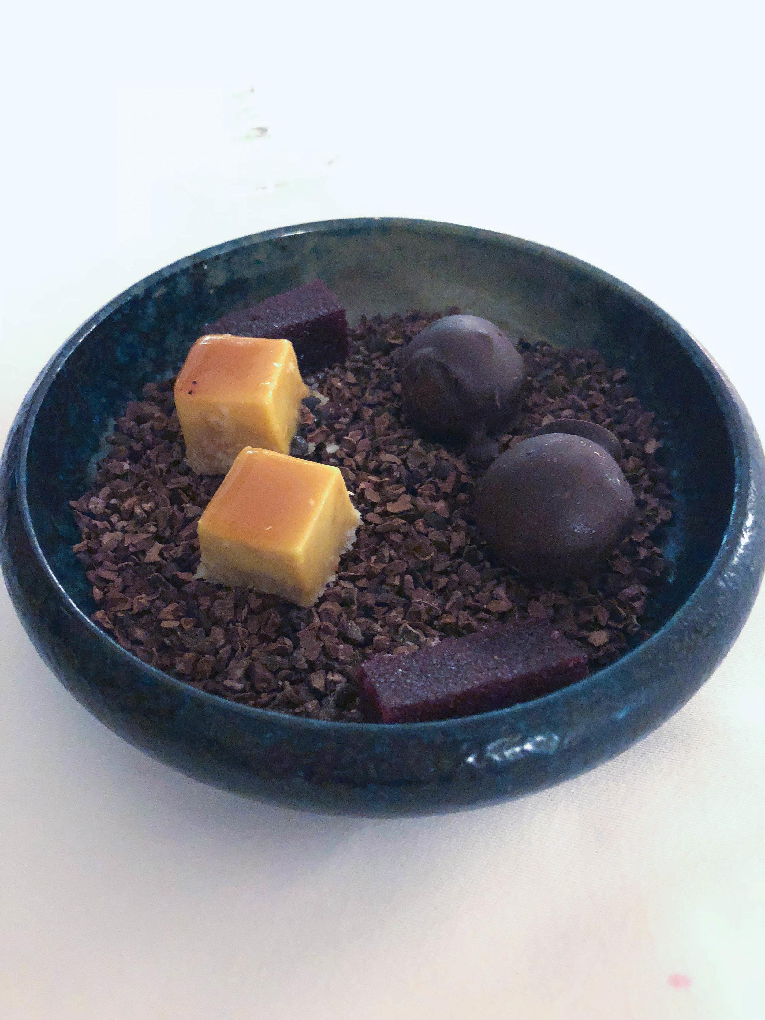 一个美味的美味佳肴,吃个巧克力蛋糕,吃了巧克力蛋糕,吃了美味的樱桃蛋糕,吃番茄酱