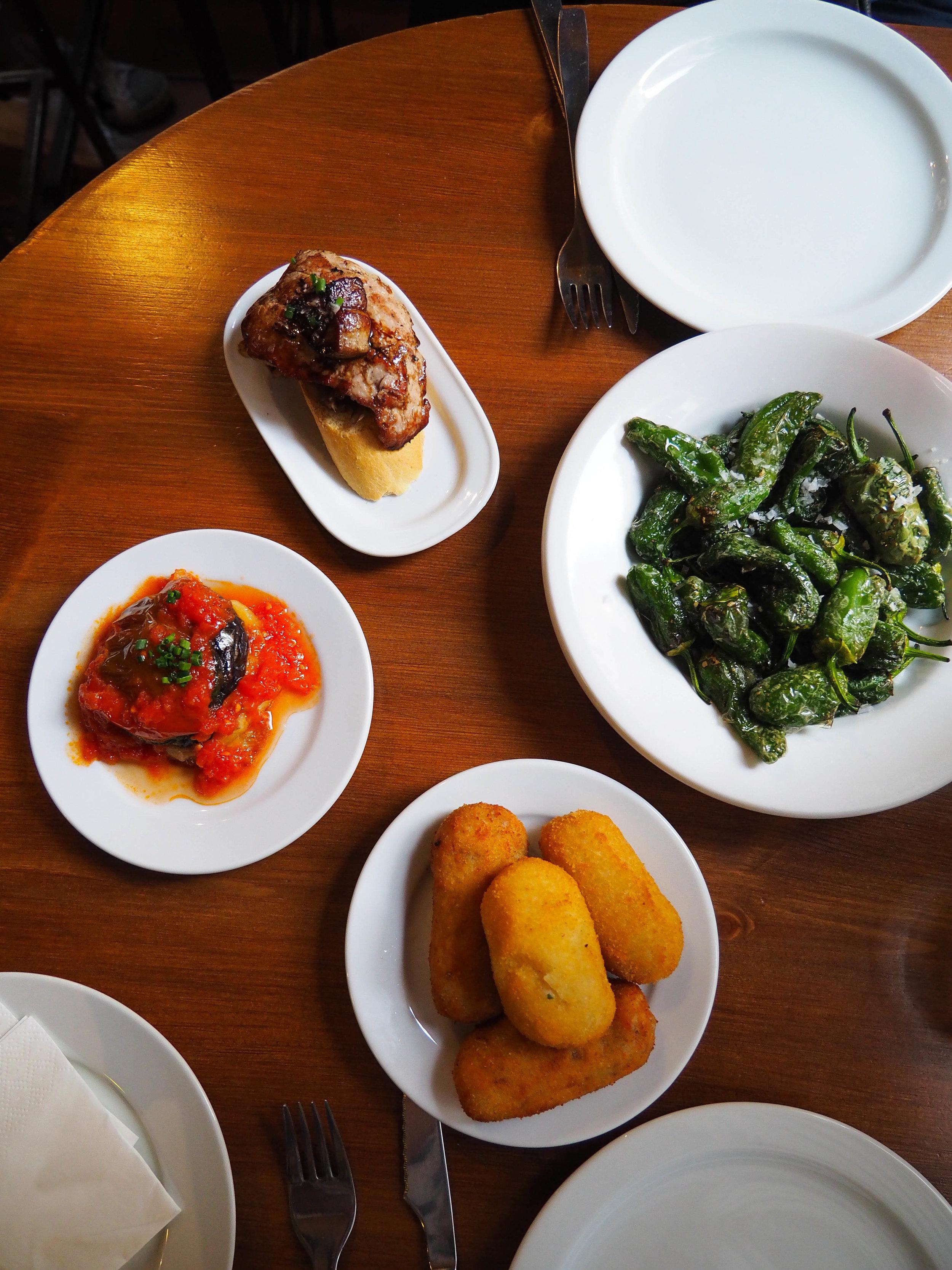 我们还在烤椒牛肉和火腿,烤牛肉,烤牛肉和洋葱面包的味道