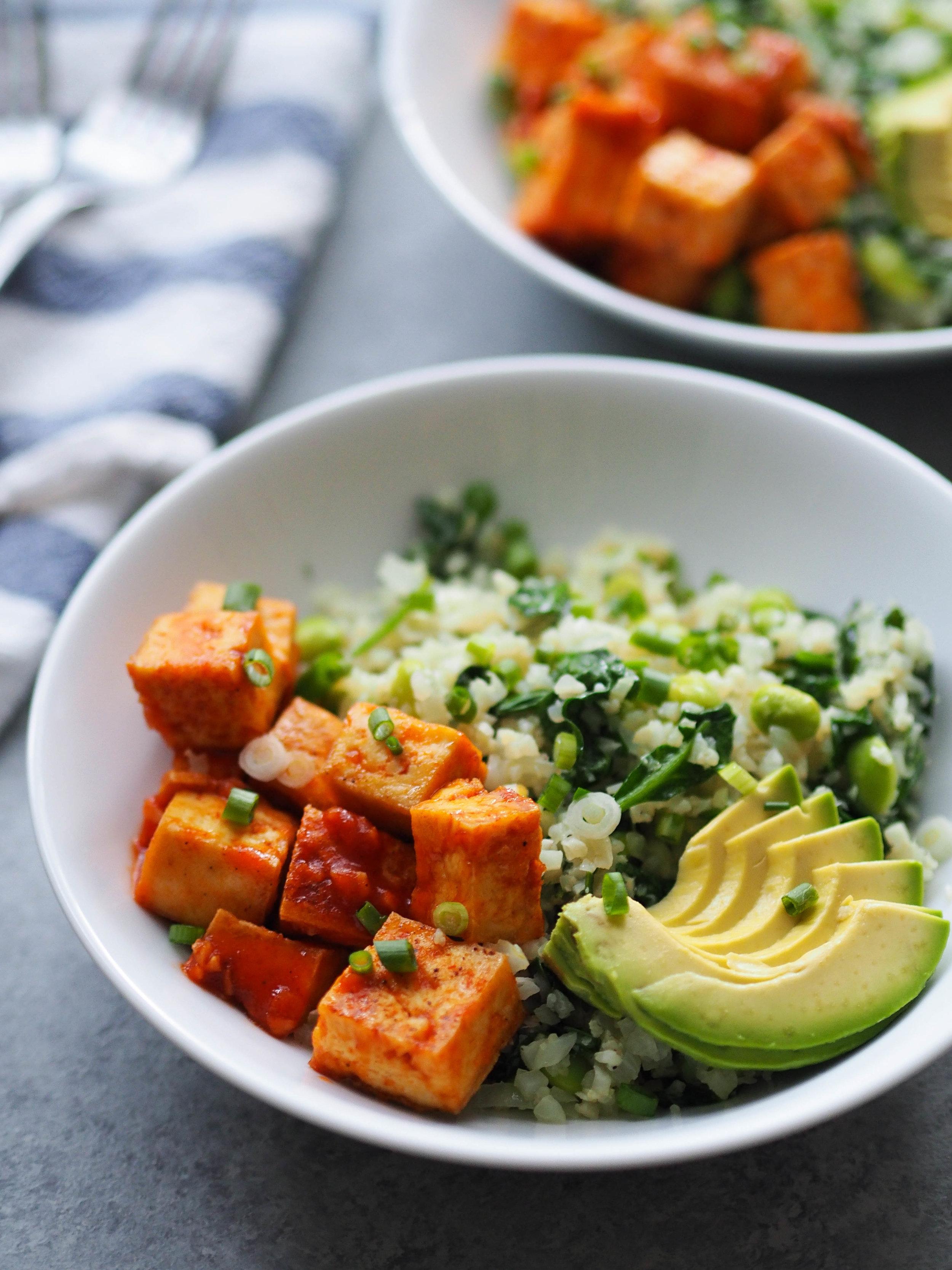 Sriracha-Lime Tofu Cauliflower Rice Bowl! Top garlicky sauteed cauliflower rice with crispy baked tofu in a spicy sriracha-lime sauce! Packed with protein and veggies! #vegan #vegetarian #healthyrecipe #cauliflower #tofu #glutenfree