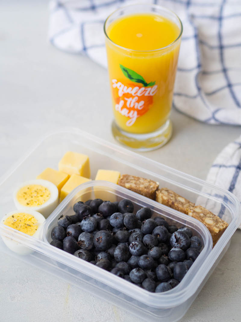 This protein breakfast snack plate is a super satisfying grab and go breakfast! #breakfast #healthy #blueberries #easyrecipe #protein