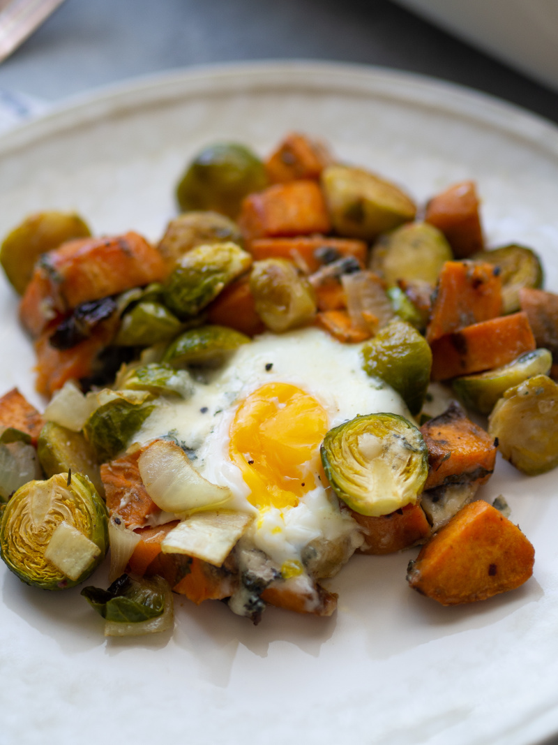 This baked egg and sweet potato hash is the perfect meal for anytime! #bakedegg #sweetpotato #healthybreakfast #healthydinner #onepanmeal #sweetpotatohash
