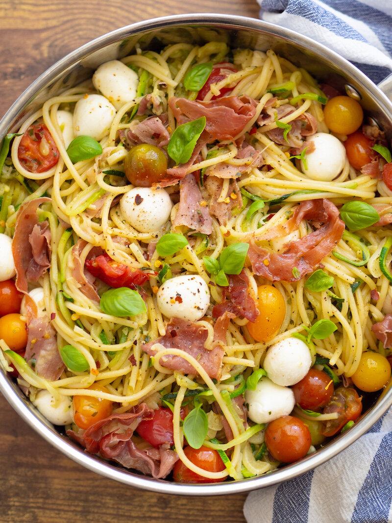 夏天的意大利面和番茄面条和番茄
