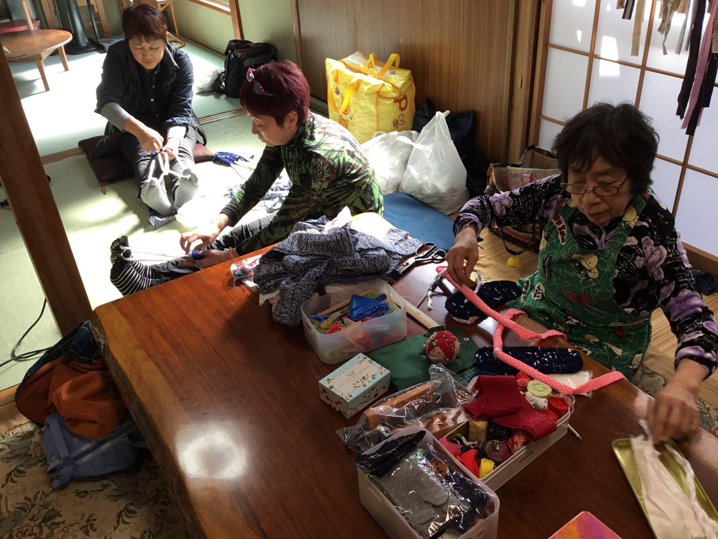 布ぞうりをつくろう - 第1火曜日 10:00~15:00使っていない布を使って草履を作ります。