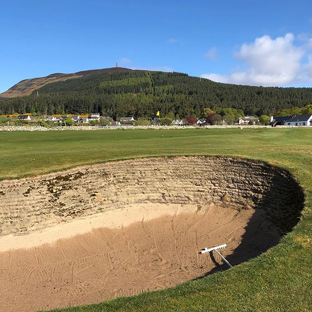 Gallant Golspie. A Links course with a few devilish holes. Glorious views across the firth and up to the Duke of Sutherland memorial whose descendants own the course now run largely by volunteers. We must play and enjoy these courses to support the community and keep the sport open for the next generation #linksgolf #golf #alzheimerssociety #golfscotland #golspiegolfclub #glenmuir #dunrobincastle