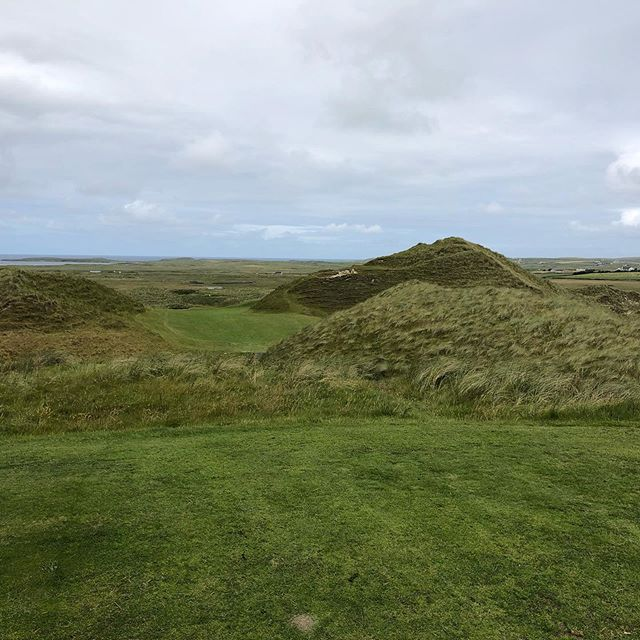 Carne Golf Links at Belmullet. An Eddie Hackett masterpiece. End of the world but not to be lopped of the list. An almost surreal landscape that was made for golf. Thanks for donating my green fee to Alzheimer's Society.  Blogpost online now www.thelinksgolfer.com #wildatlanticway #irelandgolf #golf #golflinks  #classicgolf #carnegolflinks #alzheimerssociety #glenmuir