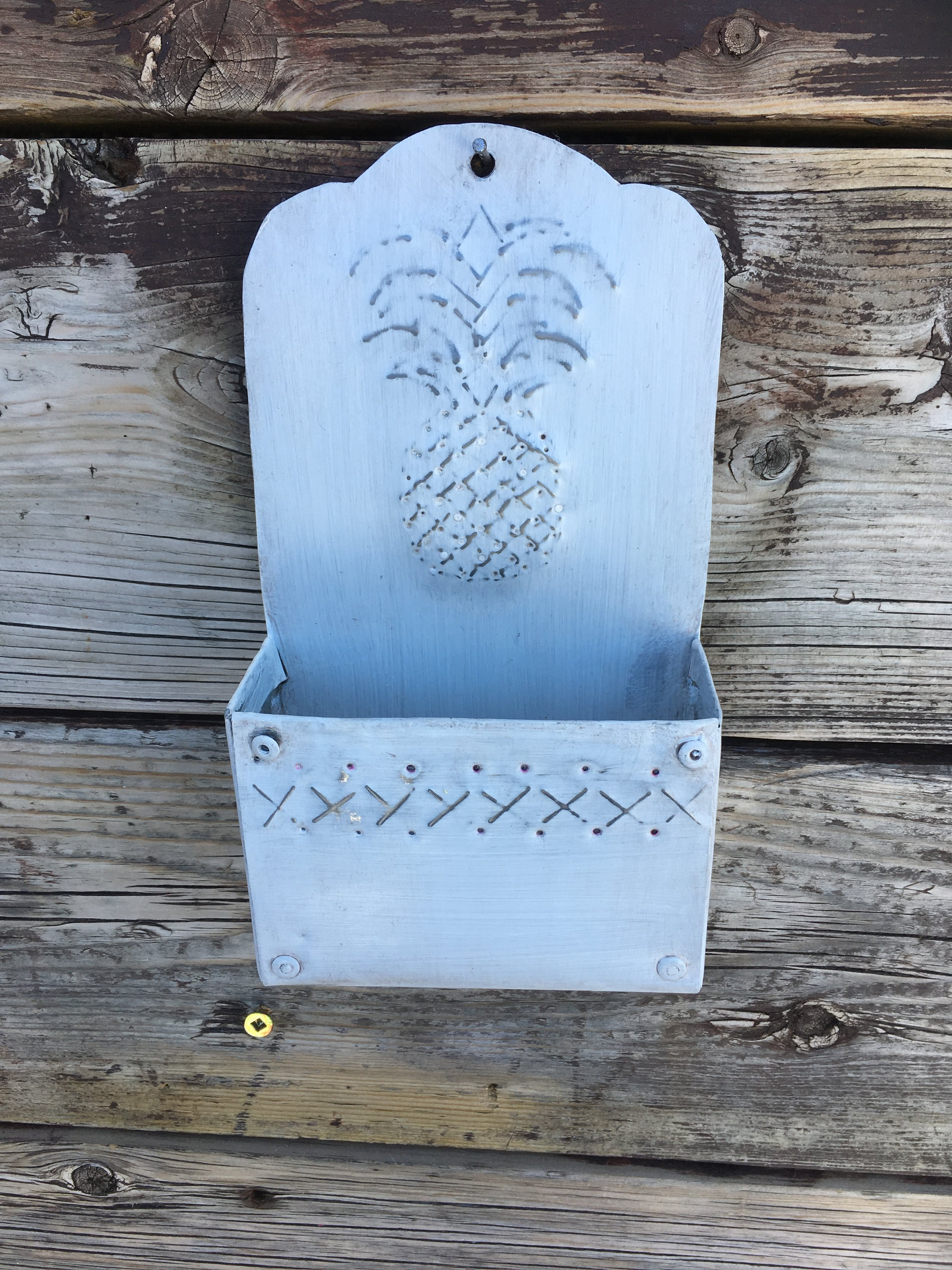 Whit Pineapple Wall Pocke.JPG