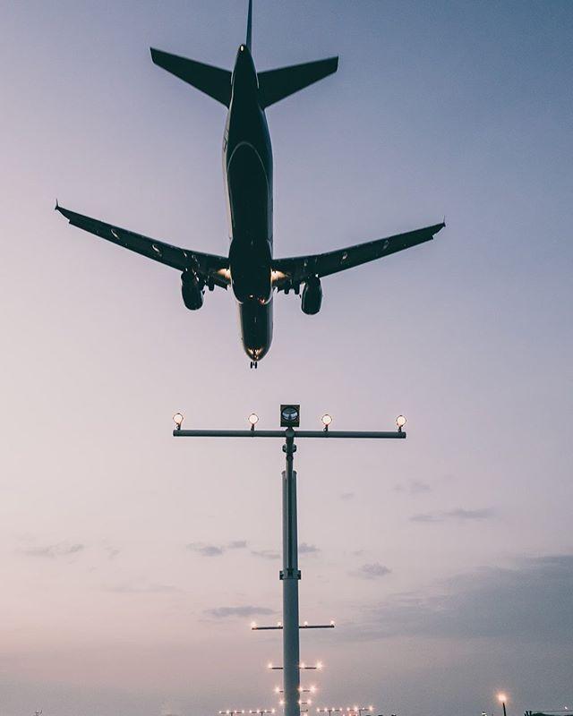 De vakantieperiode komt dichterbij! ☀️Maar wat als jouw vlucht door een staking niet kan vertrekken? Heb je dan recht op een compensatie? Alle info via de link in bio! 👆🏻