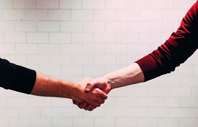 """Voor bepaalde problemen kan je bij de Vrederechter terecht voor een """"verzoening""""👩⚖️👨🏼⚖️ Maar wat betekent dat nu juist en waarvoor is zo'n verzoening mogelijk? 🤝 Lees er meer over via het artikel van deze week. Je vindt de link via de bio van dit profiel 👋🏻 #TLH #thelegalhome"""