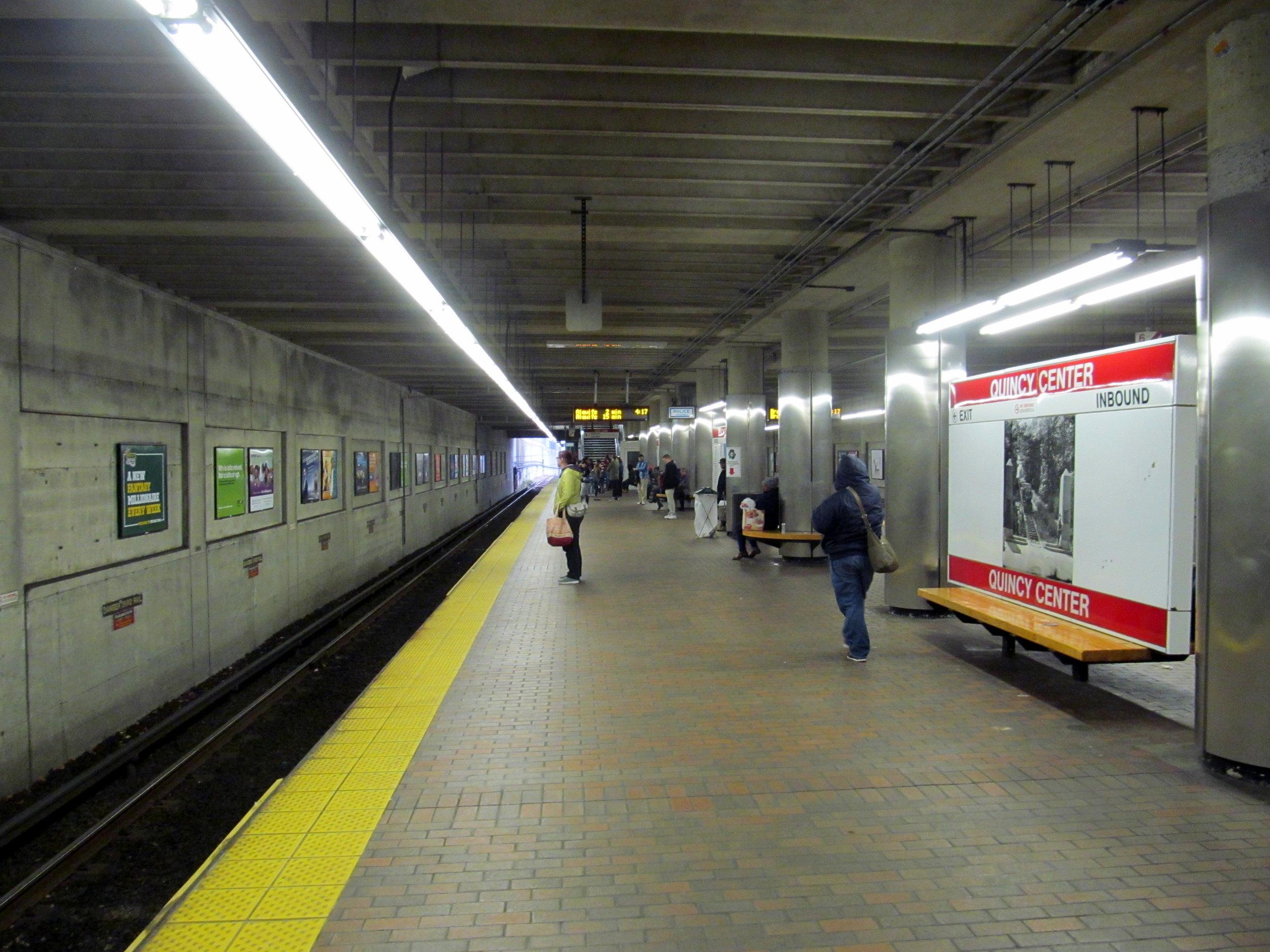 Red_Line_platform_at_Quincy_Center,_October_2015.JPG