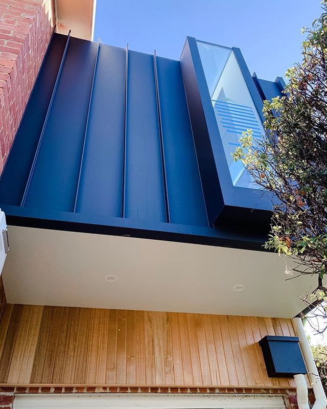 Uber modern ensuite addition looking sharp - Maxline 340 Stealth cladding providing the perfect contrast to the deco style brickwork. Architecting' by @mccarthyreedarchitects 👍🏼