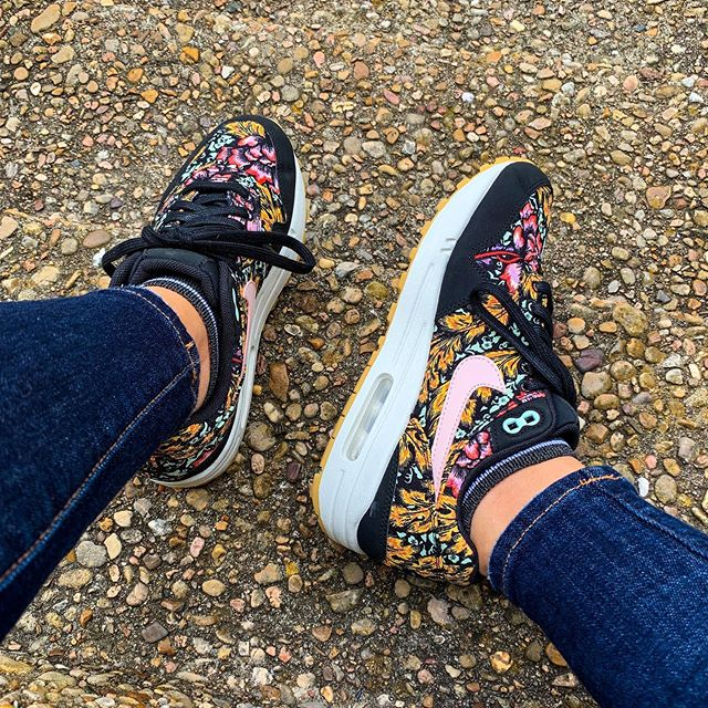 Nike flowers bring May showers?✔️➡️💐🤷🏻‍♀️ But seriously, what's up with all this rain in Austin lately?!⛈☔️