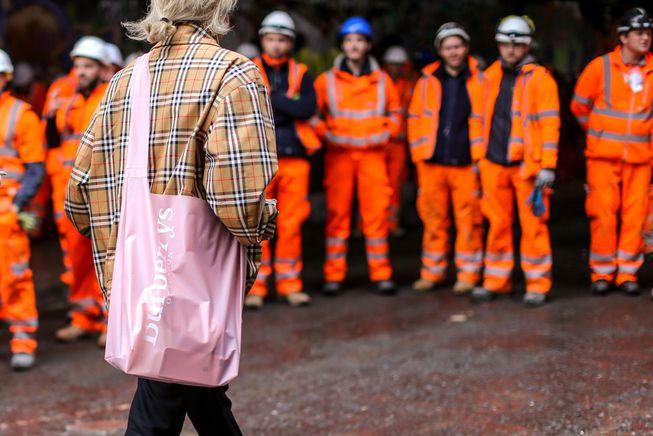 woman_wears_burberry_fashion_week.jpg.653x0_q80_crop-smart.jpg
