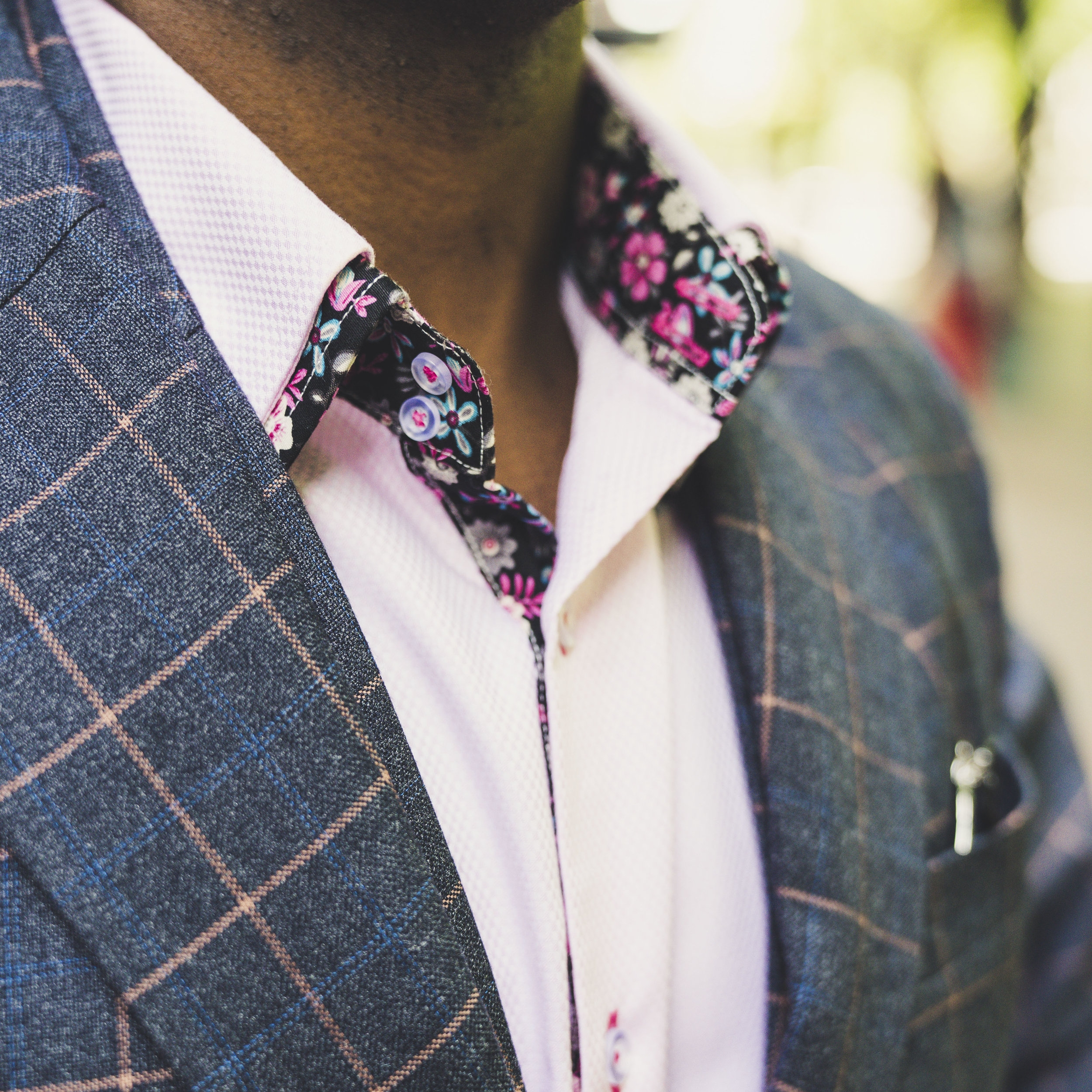 Contrasting color double collar and placket
