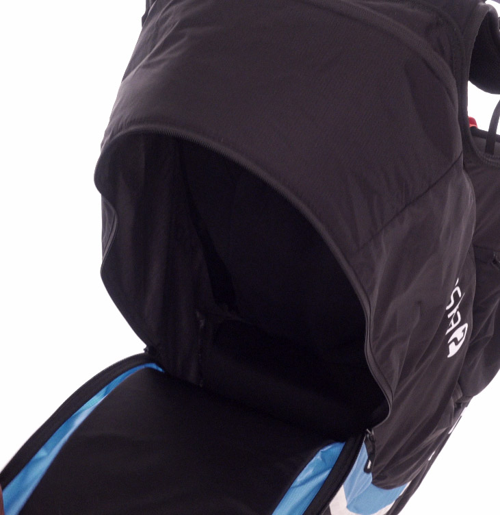 You can stow all of your items easily in the spacious rear pocket..