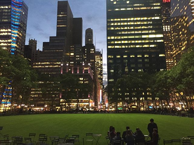 Bryant Parks scenery make for a perfect night in the city 🌃 this post is also featured on my blog under photos!✨ #bloggersnyc #lbloggers #aesthetic #bloggerpals🌹