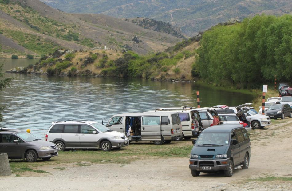 Freedom campers lining up at Lake Dunstan. Photo credit - Otago Daily Times.