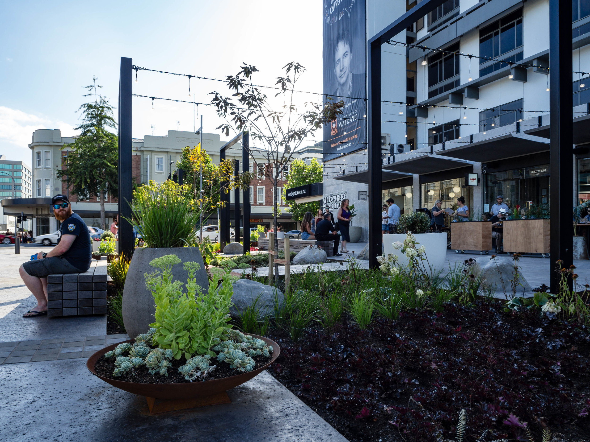 More than 9000 plants feature in the design of Victoria on the River, giving it a green and organic feel that blends in the natural landscapes of the Waikato River. Exotic planting has been used near the access point from Victoria Street.