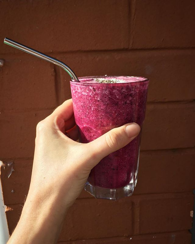 💜 immunity smoothie to help you fight those winter blues 👊🏽 🥤 dragonfruit, blueberry, pineapple, coconut water + chia ☀️ . . . . #immunitysmoothie #bansingleuseplasticstraws #fruitsmoothie #wollongongcafe #wollongongfoodie #wollongongbreakfast #lowereastcafe