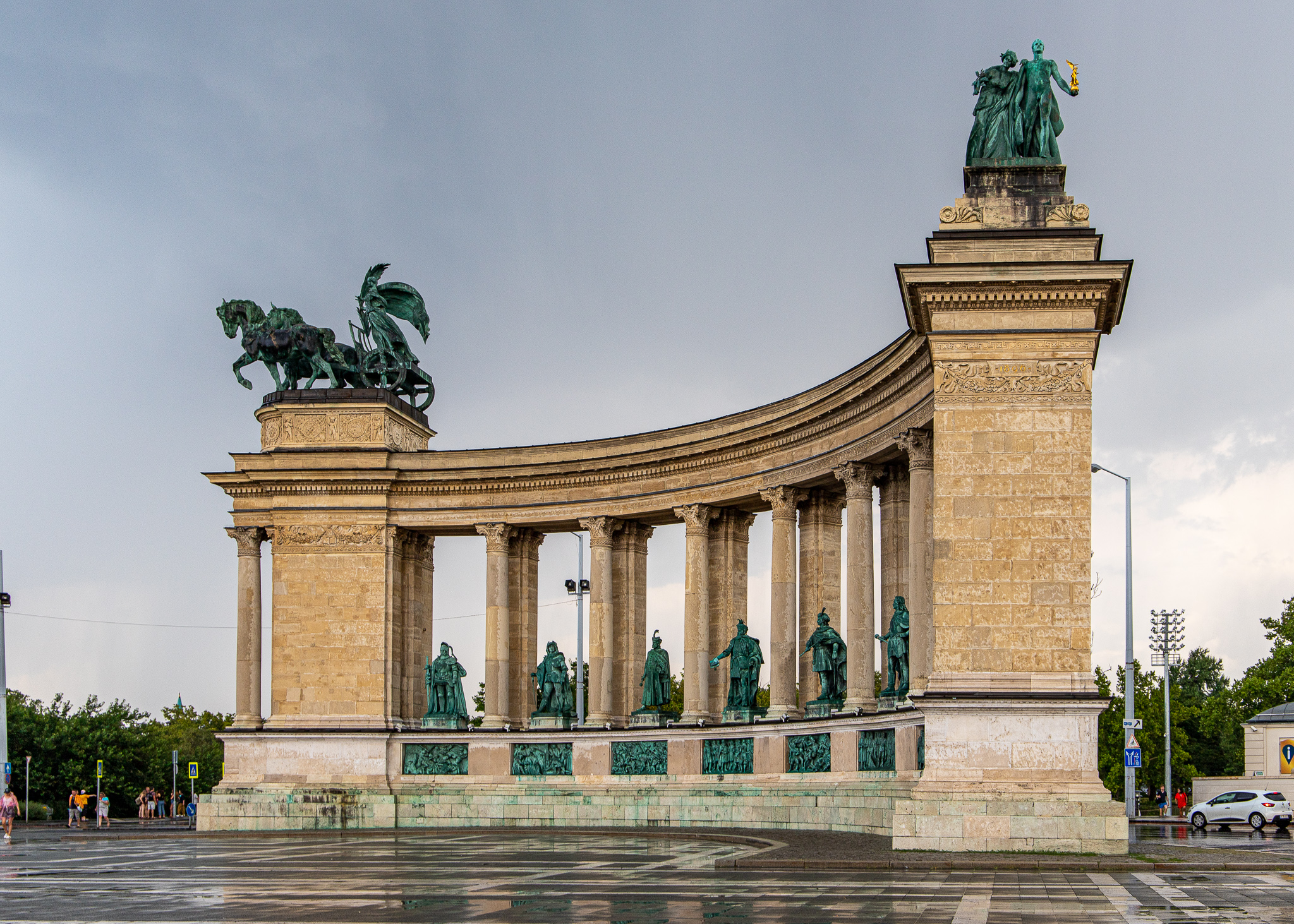 Right collonade with statues of Knowledge & Glory and Peace atop