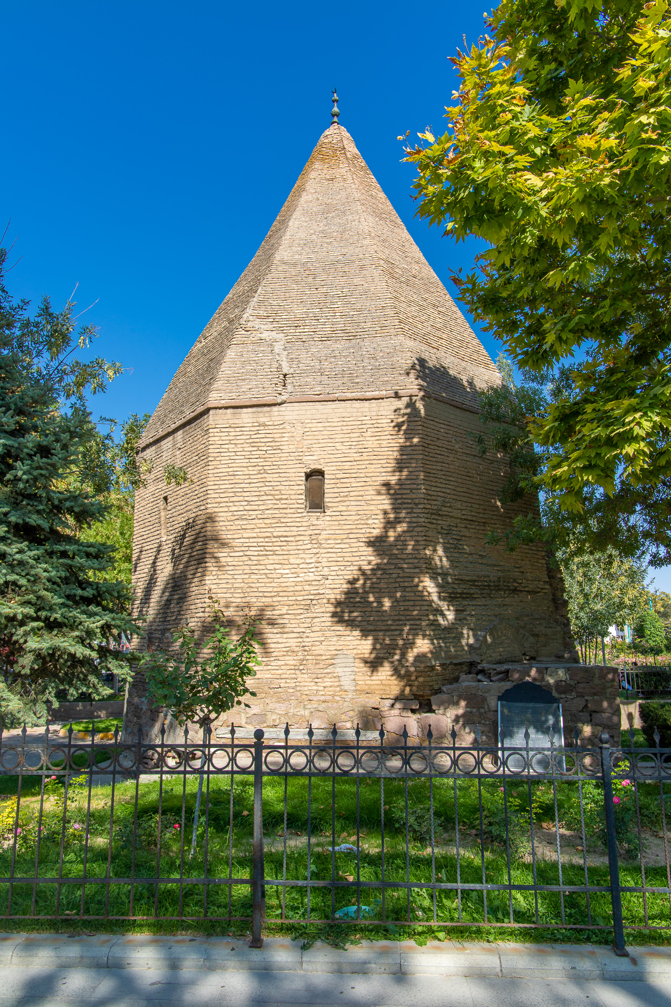 Tacü'l-Vezir   Tomb in Kultur Park