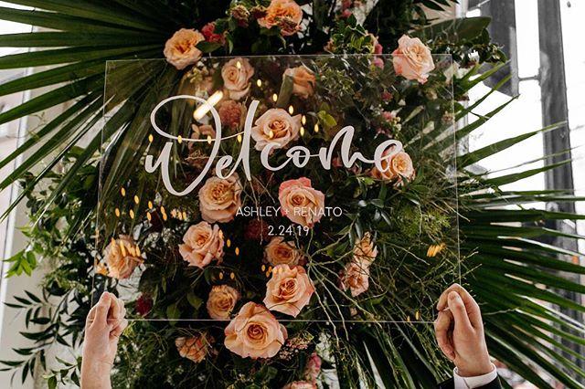 All the tropical vibes 🌴✨ • • • • • Photo:@brittneyhyatt Planning/Design:@bixbyandpine Venue:@the101.828 Florals:@noblefloralco Video:@ridgewoodfilms HMUA:@hannah_bush_makeupwith@urbanistaweddings Stationery:@pinkbypeach Cake:@cake.life.everyday Rentals:@pedersenseventrentals Tables/Chairs:@karpentry.design Ribbon:@honeysilksco Ring Box:@the_mrs_box Couple: @ashley_bandeira + @natobandeira5
