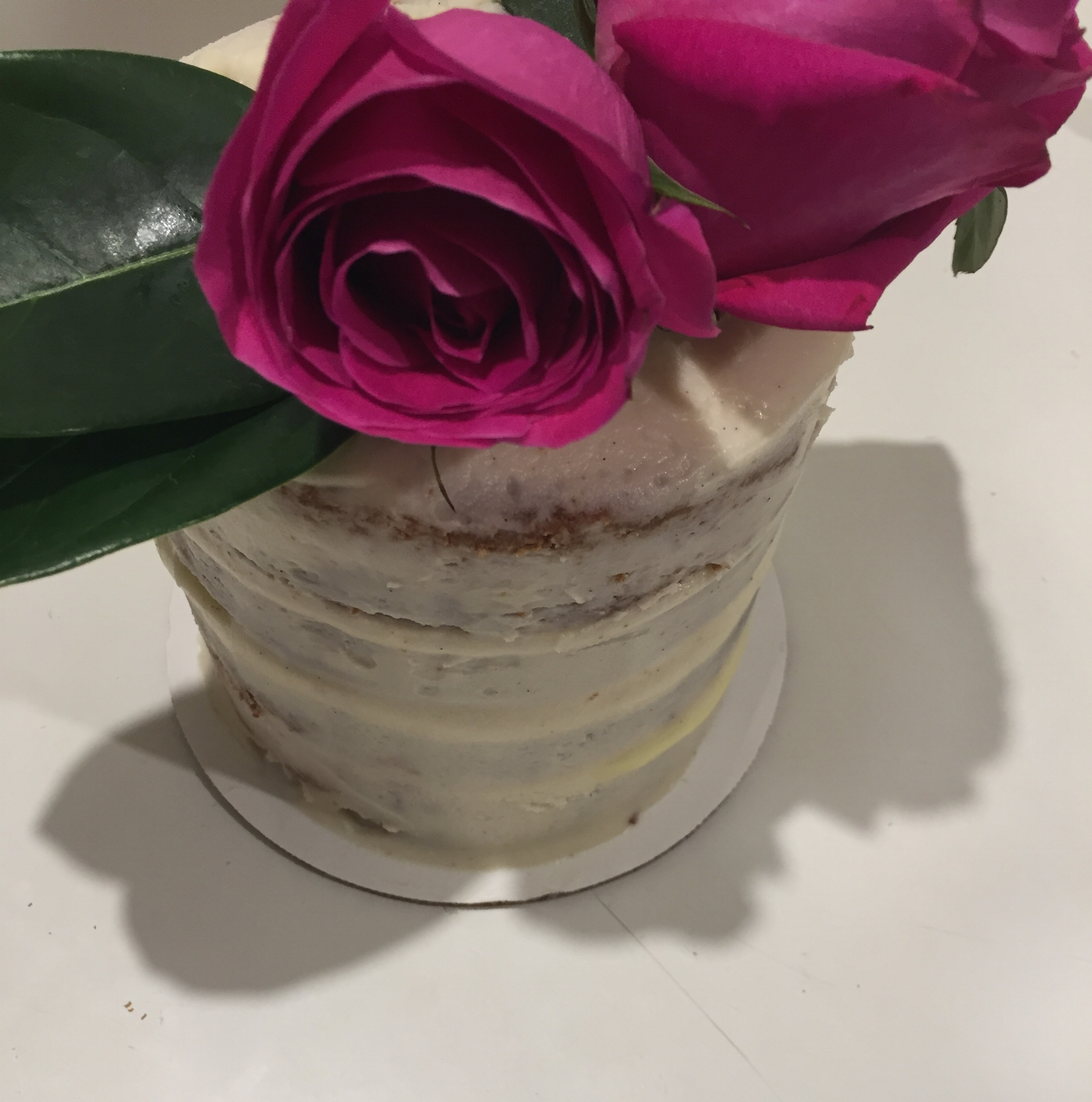 Vanilla cake with fresh roses
