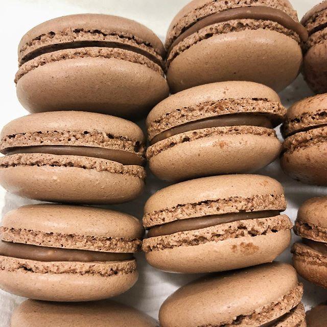 Chocolate macarons 🙌 . . . . . . #melbournebaker #freelancebaker #melbournecakes #thesweethall #cakesofmelbourne #macarons #chocolatemacarons