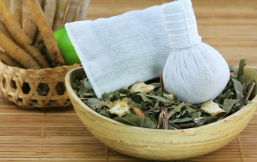 Herbal_Compress_Massage_definition_and_benefits_-_Spanity_spa_and_wellness_in_Thailand.jpg