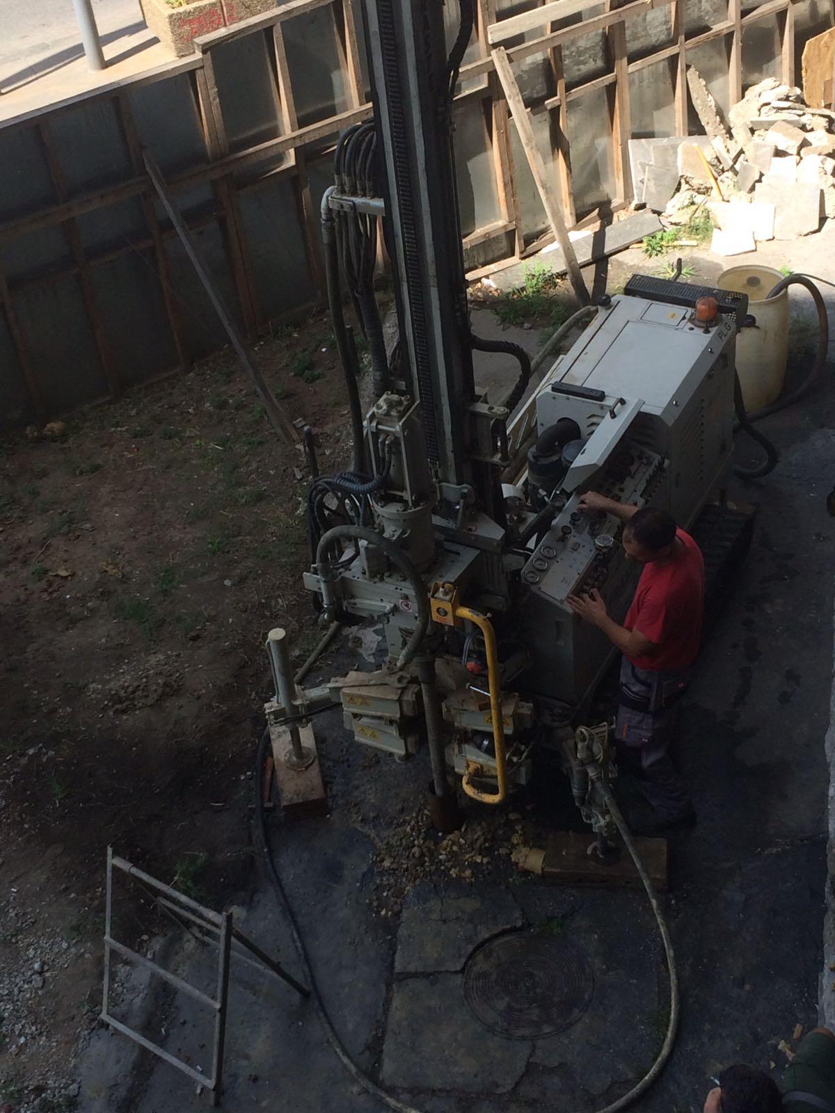 Ground hole drilling machine