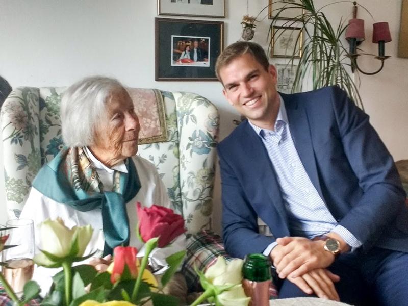 Die Jubilarin Irmgard Behncke freute sich vor allem über die Glückwünsche zum 95. Geburtstag von unserem Bürgermeister Maximilian Böltl.