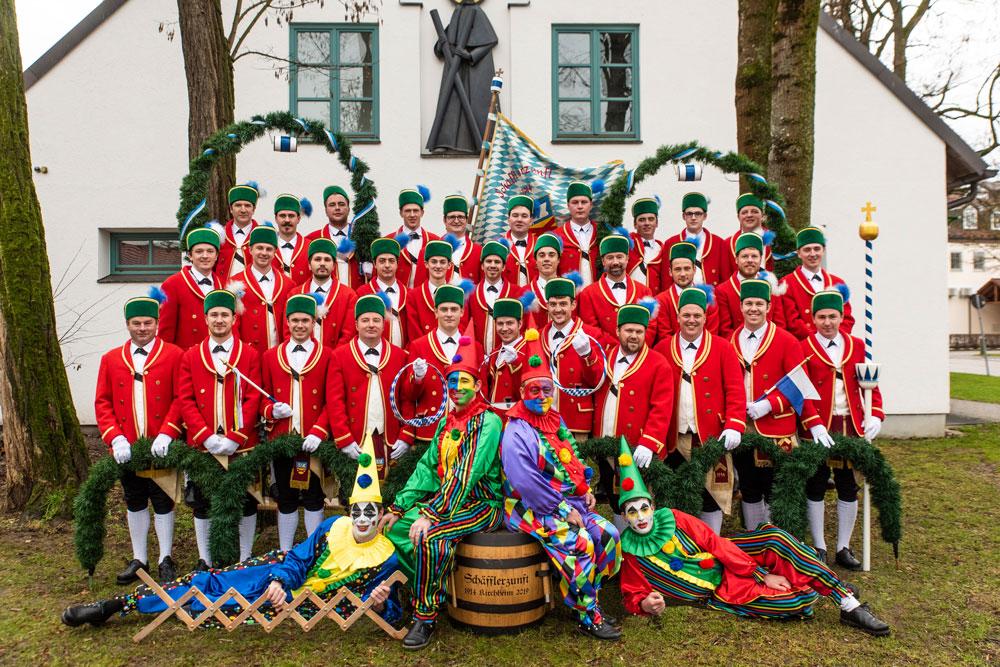 Die Schäfflerzunft Kirchheim ist ein Verein, der sich alle sieben Jahre wiedergegründet und sich als Ziel den Erhalt und Fortbestand des Münchner Schäfflertanzes gesetzt hat. In der Saison 2019 besteht unser Verein aus ca. 27 Tänzern und drei Kasperl, allesamt junge Männer aus Kirchheim im östlichen Landkreis Münchens.