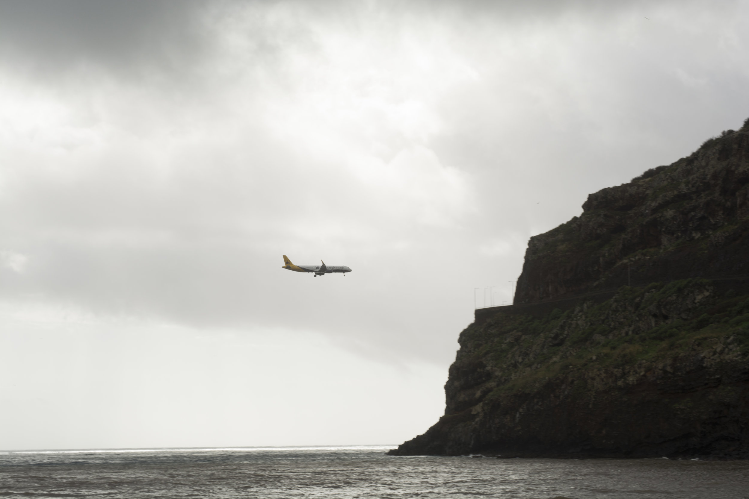 Fobia a volar o Aerofobia - Se estima que hasta el 90 % de las personas que viajan en un avión, lo hacen con cierta sensación displacentera durante el vuelo. Pero, solo un 3 % de la población tiene una verdadera fobia a volar que le impide subirse a un avión o le tiene durante meses temiendo y anticipando el futuro vuelo. Las sensaciones que tiene las personas con aerofobia son: miedo a percibir la inestabilidad en el avión, a tener un accidente, a no poder escapar del avión en pleno vuelo o a perder el control durante el vuelo y sufrir una crisis de ansiedad.