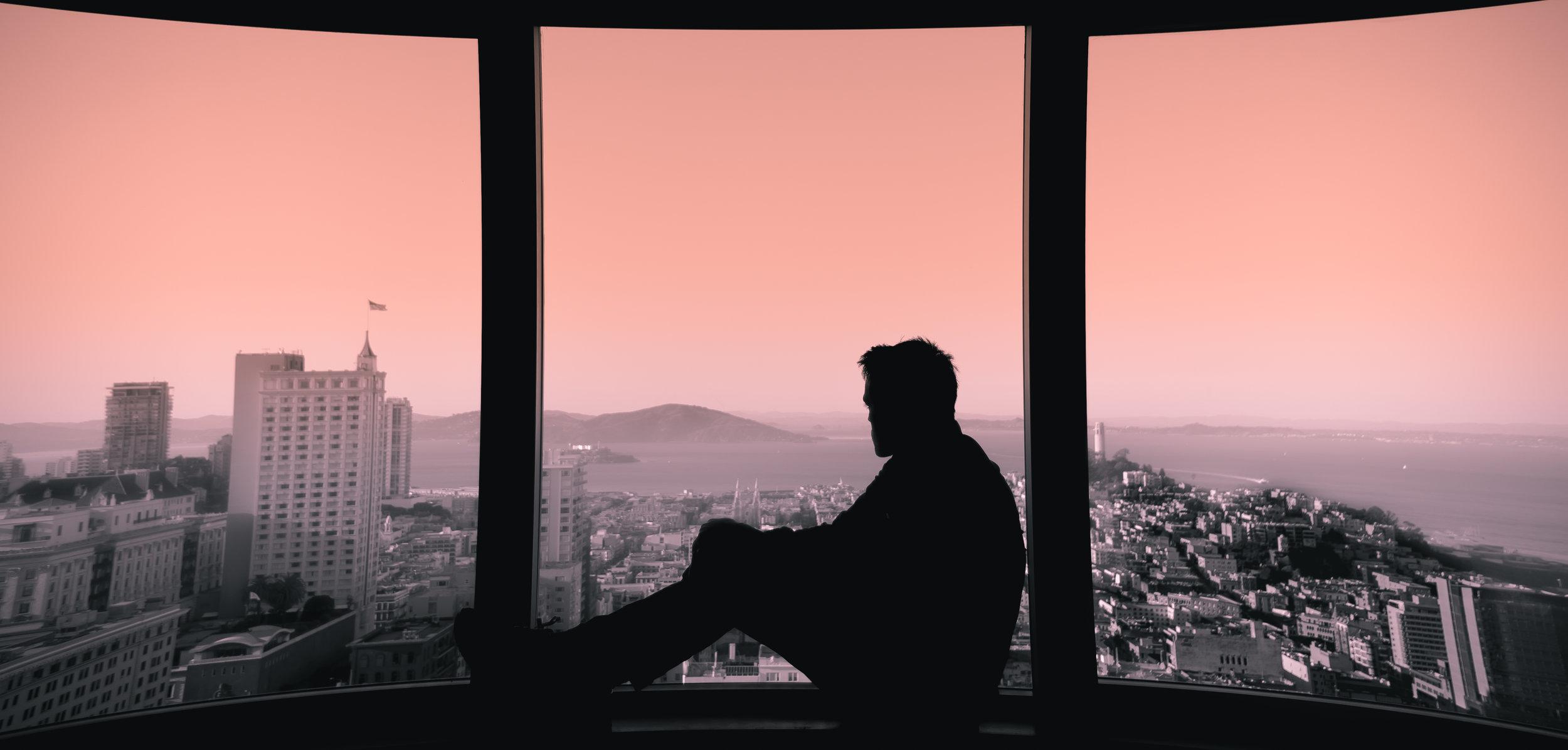 Miedo a salir solo fuera de casa - Este temor aúna todos los anteriores y es el más discapacitante. El miedo inunda a la persona hasta el punto de no sentirse seguro fuera de casa y necesitar en todo momento la compañía de alguna persona de confianza, normalmente familiar o amigo cercano.