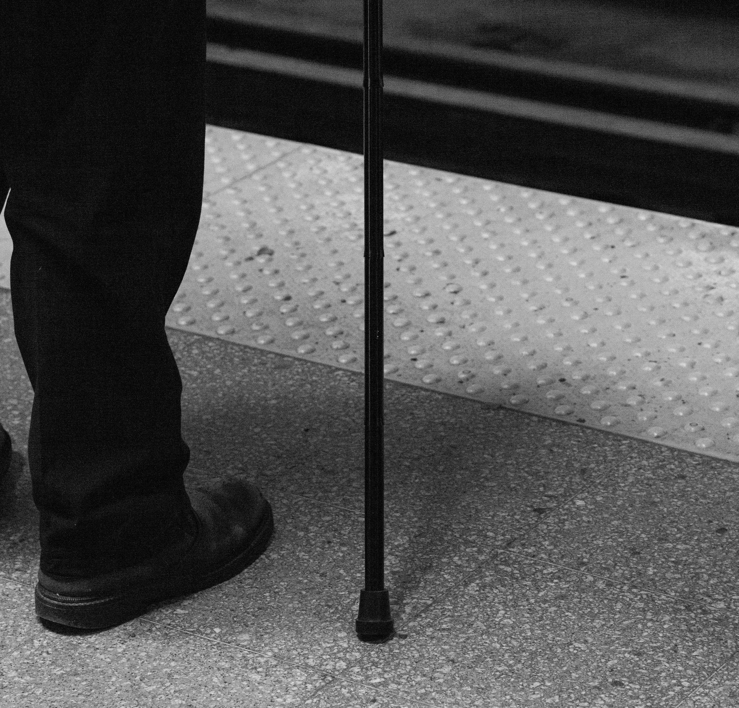 Miedo a las caídas o síndrome de temor a caerse - Esto es un muy frecuente en las personas mayores, especialmente después de haber sufrido alguna caída real o tropiezo. Se sienten muy vulnerables y pueden demandar compañía las 24 horas del día, limitando sus salidas a la calle y empeorando globalmente su calidad de vida.