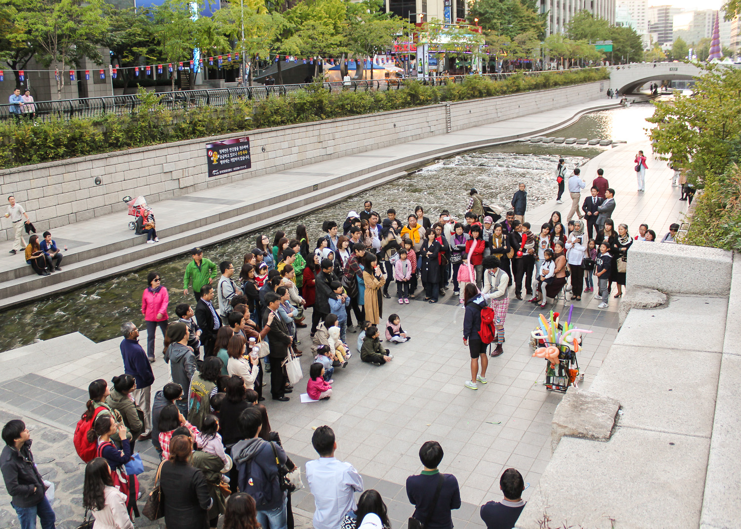 Entertainers along the banks of the Cheonggyecheon. Image:   © Alan Williams