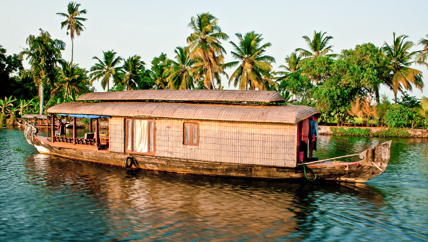 A one-bedroom houseboat on the backwaters.   Image:    Karlokolumno