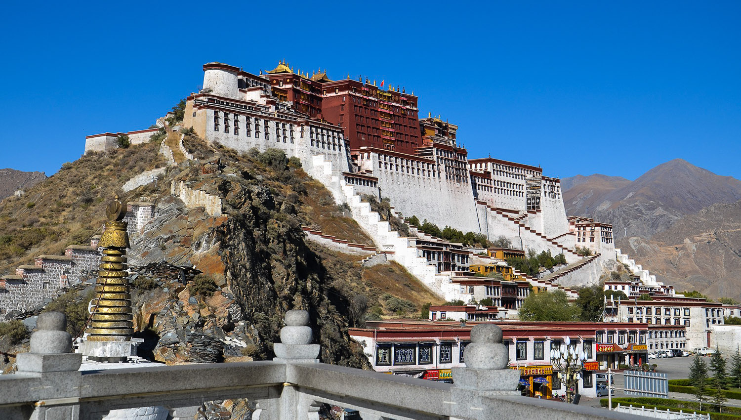 The iconic Potala Palace in Lhasa, Tibet.   Image:    简体中文