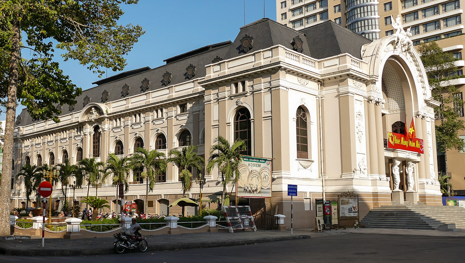 The Saigon Opera House next to the Continental Hotel.  Image:    oberhausen